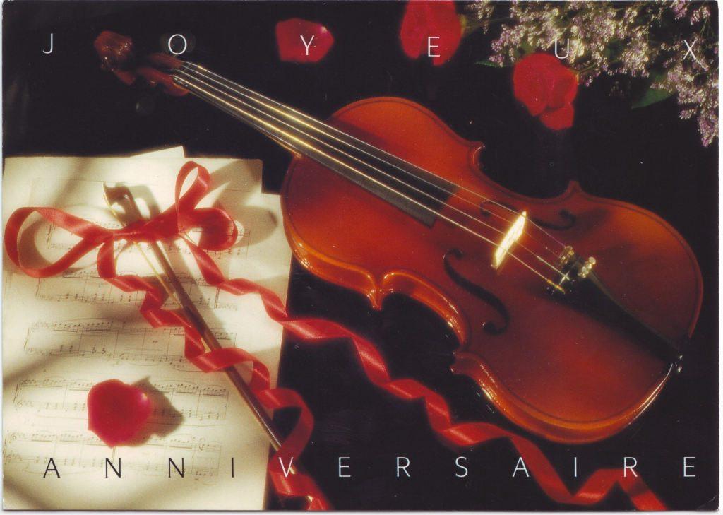 """Indexation : Violon, roses, partitions##Légende : """"Joyeux anniversaire""""##Epoque : Moderne##Propriété : Fan-039-Roy"""