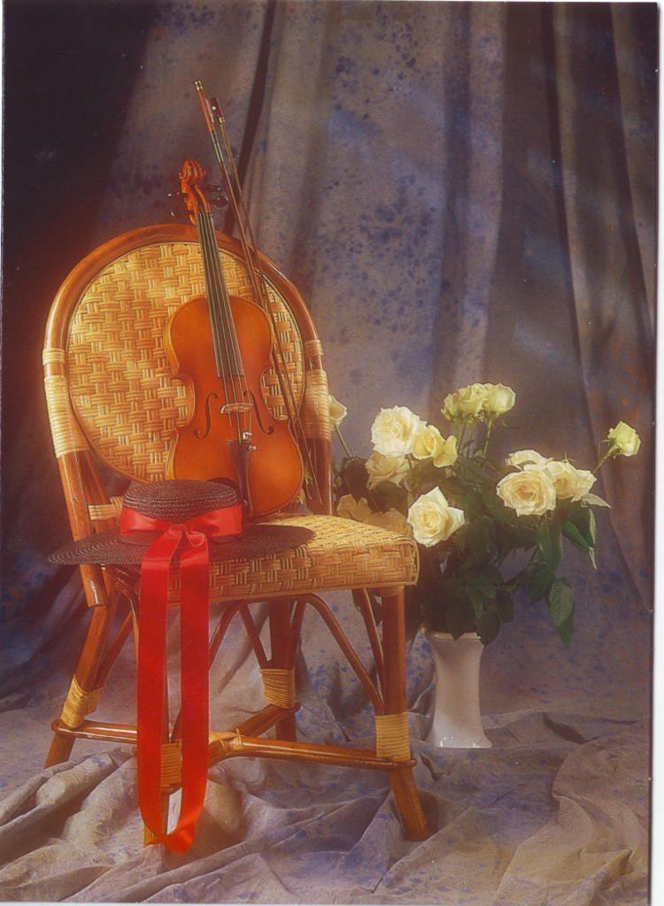 Indexation : Violon, roses, fauteuil##Epoque : Moderne##Propriété : Fan-040-Roy