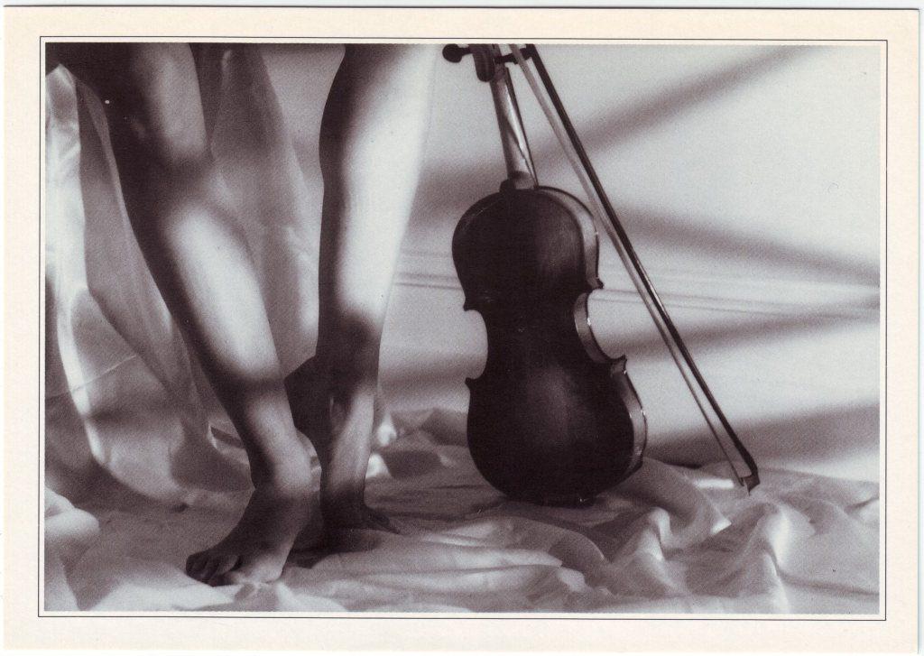 Indexation : Violon et jambes##Epoque : Moderne##Propriété : Fan-041-Roy