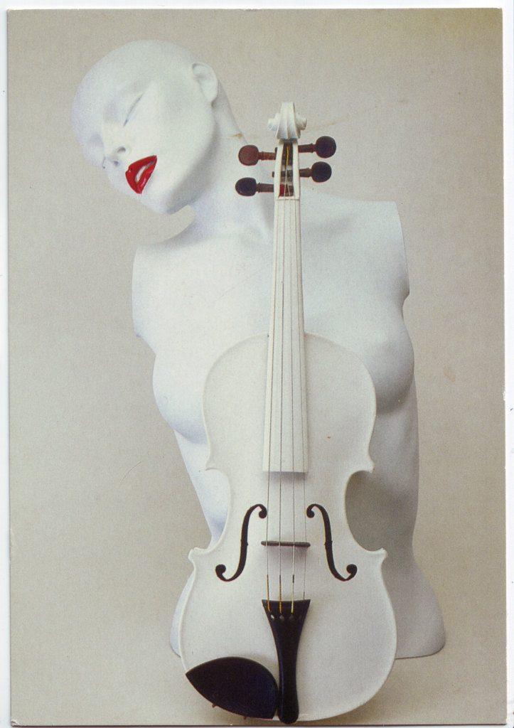 Indexation : Violon blanc et un buste##Epoque : Moderne##Propriété : Fan-052-Roy