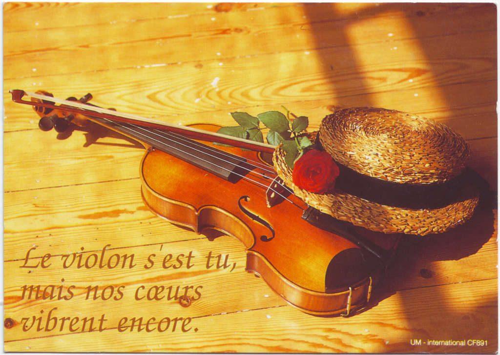 """Indexation : Violon, roses, chapeau##Légende : """"Le violon s'est tu, mais nos coeurs vibrent encore""""##Editeur : UM international CF891##Epoque : Moderne##Propriété : Fan-056-Roy"""