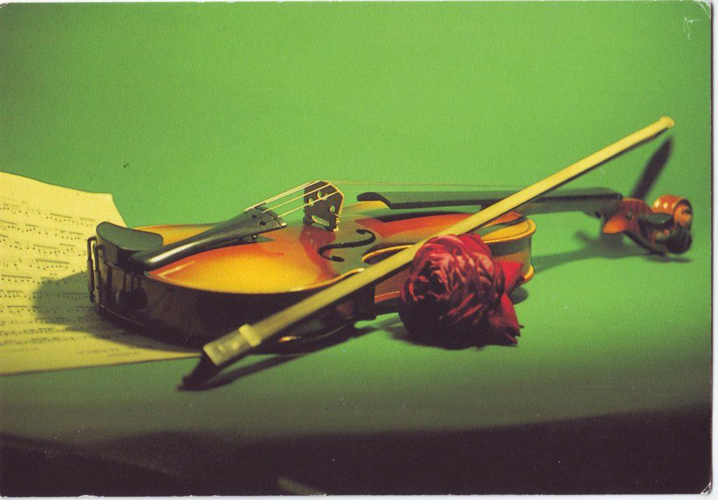 Indexation : Violon, rose, partition##Epoque : Moderne##Propriété : Fan-063-Roy