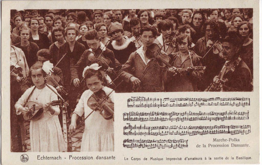 """Indexation : Etchternach (Luxembourg), procession dansante##Légende : """"Le corps de Musique improvisé##d'amateur à la sortie de la Basilique""""##Marche Polka de la procession##Editeur : Mels##Epoque : Ancienne##Propriété : Folk-023-Roy"""