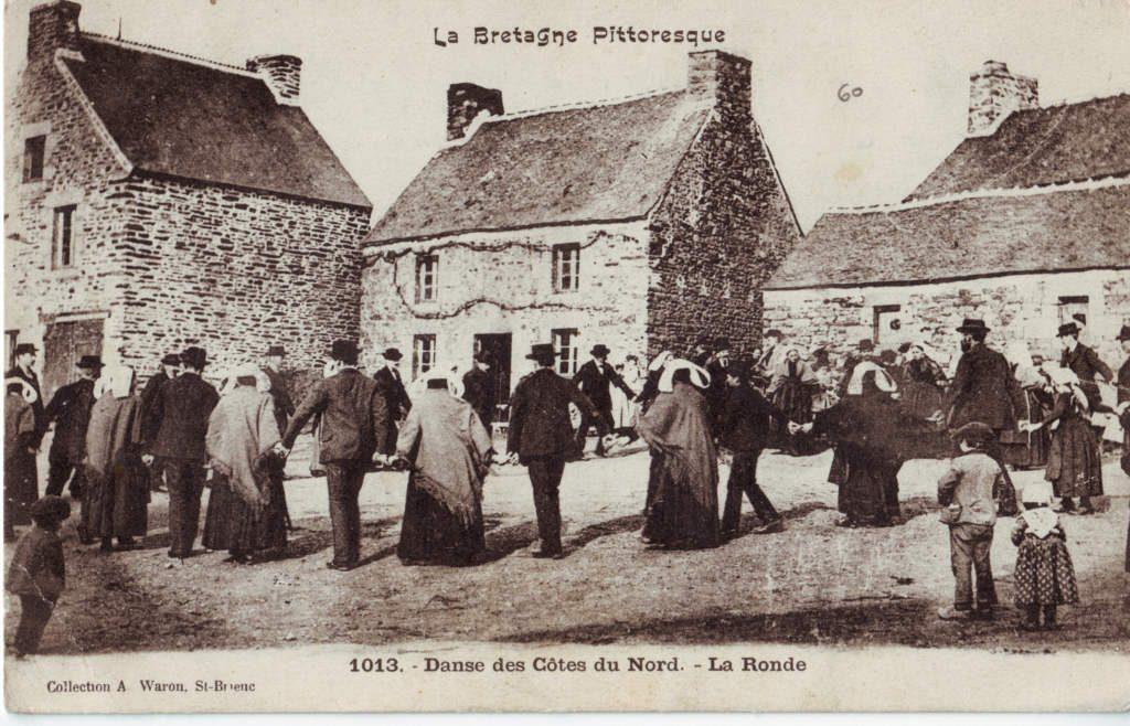Indexation : Danse des Côtes-du-Nord, la ronde (1013)##Editeur : Col. A. Waron; St-Brieux##Epoque : Ancienne##Propriété : Folk-025-Roy