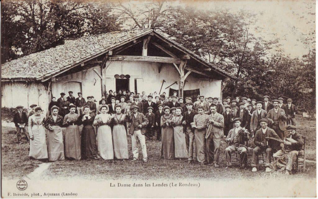 Indexation : La danse dans les Landes (le rondeau) ##Editeur : F. Bernède, photo., Arjuzaux##Epoque : Ancienne##Propriété : Folk-027-Roy