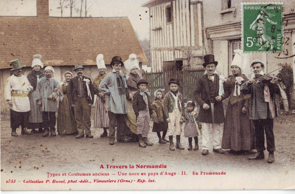 Indexation : A travers la Normandie, types et costumes anciens##Une noce en pays d'Auge##II En promenade##Editeur : 1753, col. P. Bunel, pho. édit.##Vimoutiers (Orne)##Epoque : Ancienne##Propriété : Folk-029-Roy