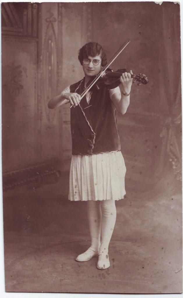 Indexation : Une violoniste##Epoque : Ancienne##Propriété : Gem-031-Roy