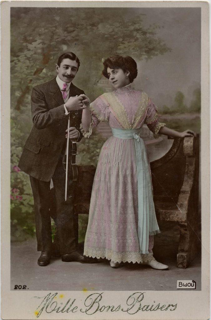 """Indexation : Violoniste, femme##Légende : """"Mille bons baisers""""##Editeur : Bijou, 202##Epoque : Ancienne##Propriété : Por-003-mdv"""