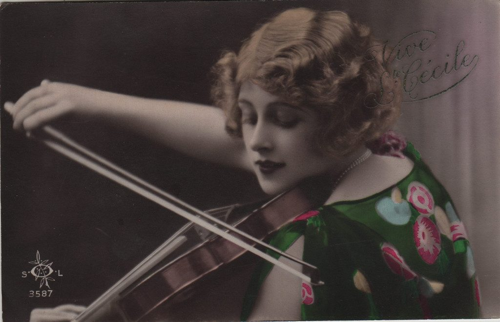 """Indexation : Femme au violon##Légende : """"Vive Ste Cécile""""##Editeur : SOL, 3587##Epoque : Ancienne##Propriété : Por-008-mdv"""