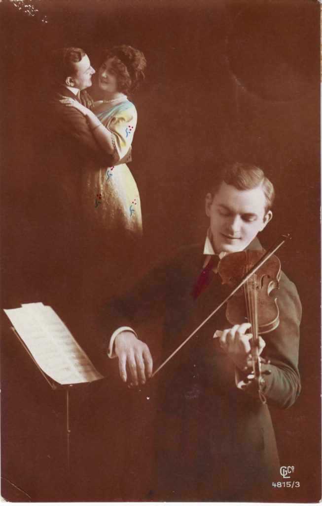 Indexation : Violoniste et couple de danseurs##Editeur : CLC, 4815/3##Epoque : Ancienne##Propriété : Por-012-Roy