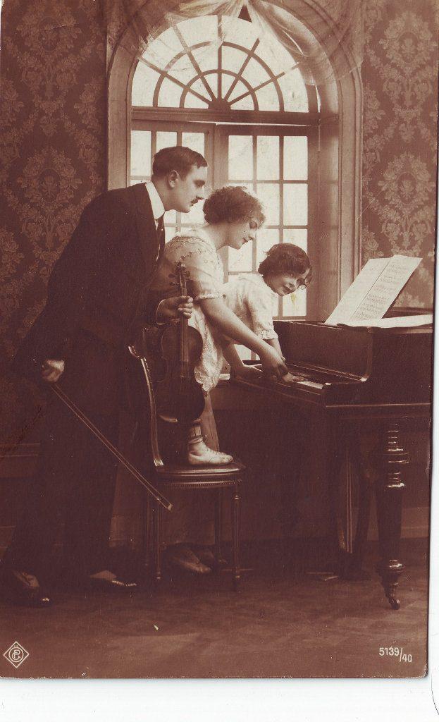 Indexation : Violoniste, femme, enfant, piano##Editeur : P. C., 5139/40##Epoque : Ancienne##Propriété : Por-013-Roy