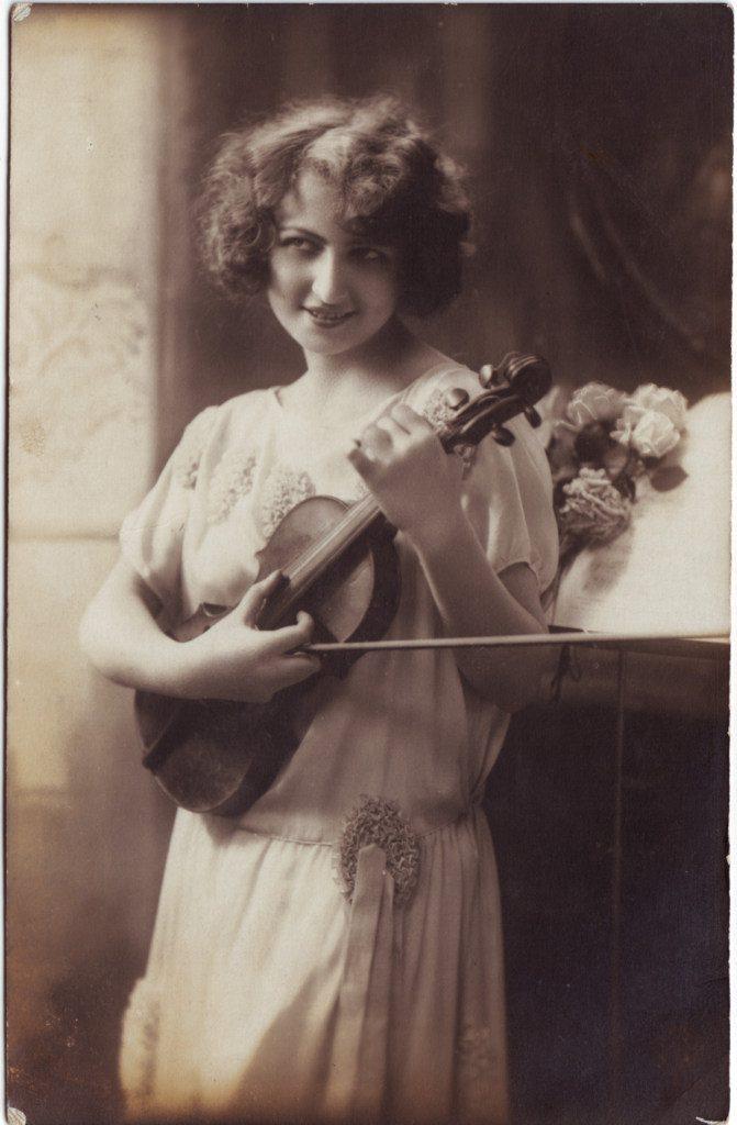 Indexation : Femme au violon##Epoque : Ancienne##Propriété : Por-022-Roy