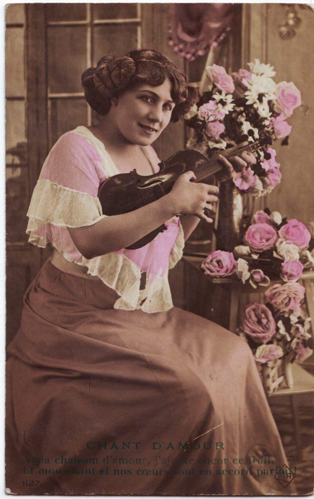 """Indexation : Femme au violon##Légende : """"Chant d'amour##A ma chanson d'amour, j'ajoute encore ce trait,##Et ma chanson et nos coeurs, sont en accord parfait.""""##Editeur : ELA, 1127##Epoque : Ancienne##Propriété : Por-024-Roy"""