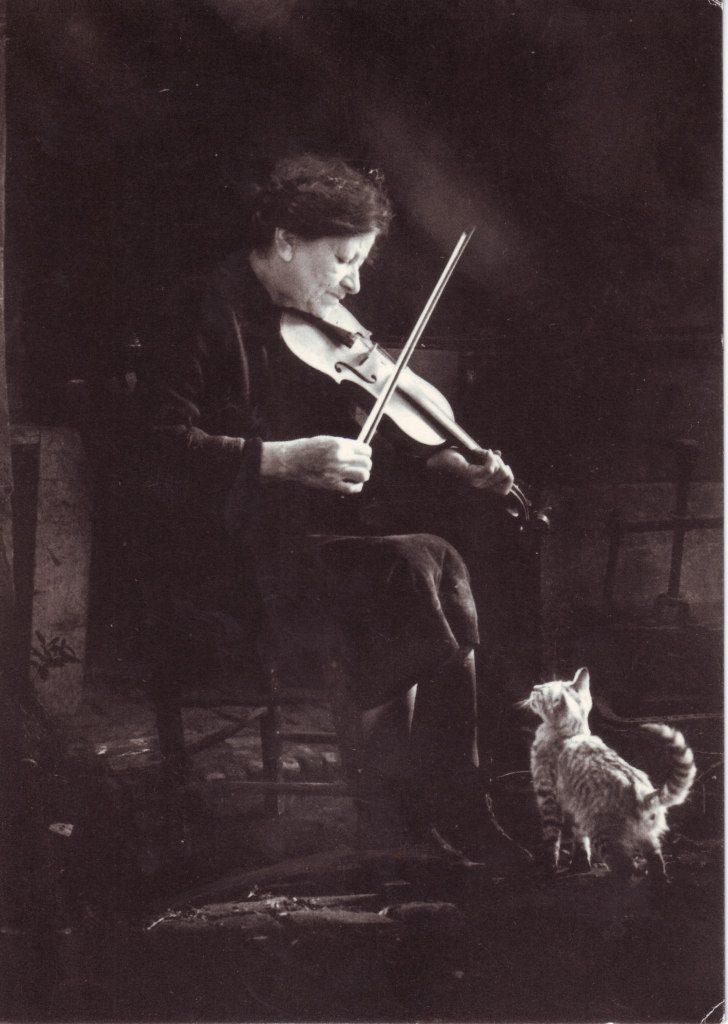 Indexation : Violoniste et chat##Epoque : Ancienne##Propriété : Por-027-Roy