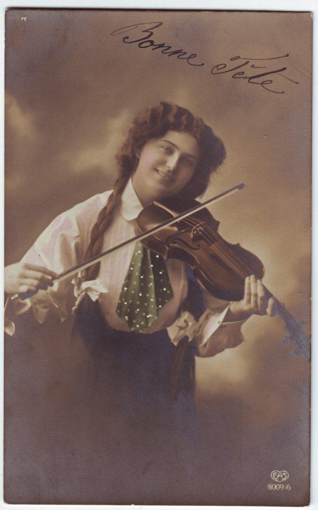 Indexation : Femme au violon##Editeur : EAS, 8009/6##Epoque : Ancienne##Propriété : Por-031-Roy
