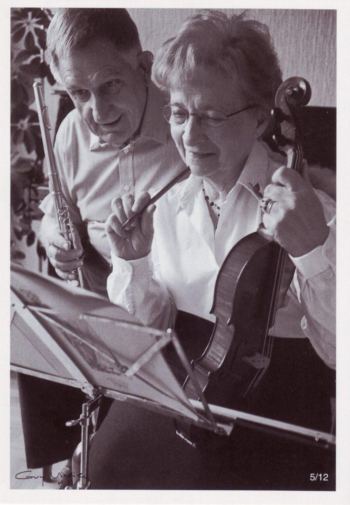 Indexation : Femme au violon, flutiste##Cliché : Guy Vivien, 5/12##Epoque : Ancienne##Propriété : Por-033-Roy