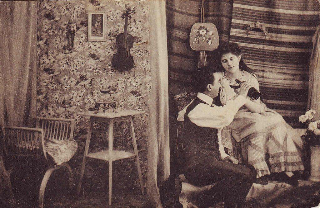 Indexation : Couple et violon##Epoque : Ancienne##Propriété : Por-035-Roy