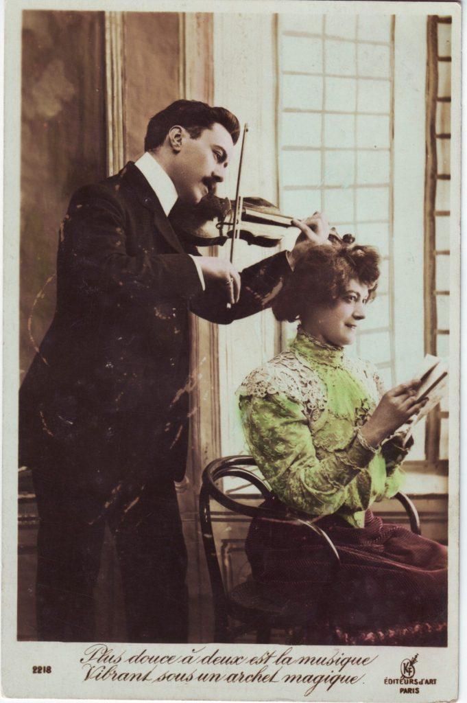 """Indexation : Violoniste, femme##Légende : """"Plus douce à deux est la musique##Vibrant sous un archet magique""""##Editeur : KF, éd. d'Art, Paris, 2218##Epoque : Ancienne##Propriété : Por-038-mdv"""