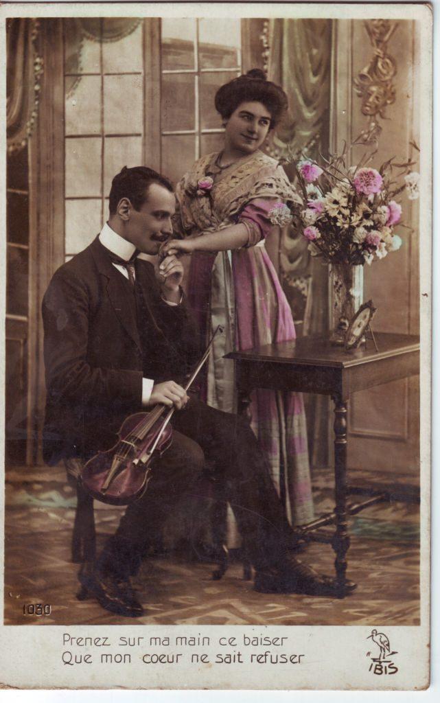 """Indexation : Violoniste, femme##Légende : """"Prenez sur ma main ce baiser##Que mon coeur ne sait refuser""""##Editeur : Ibis, 1030##Epoque : Ancienne##Propriété : Por-039-Roy"""