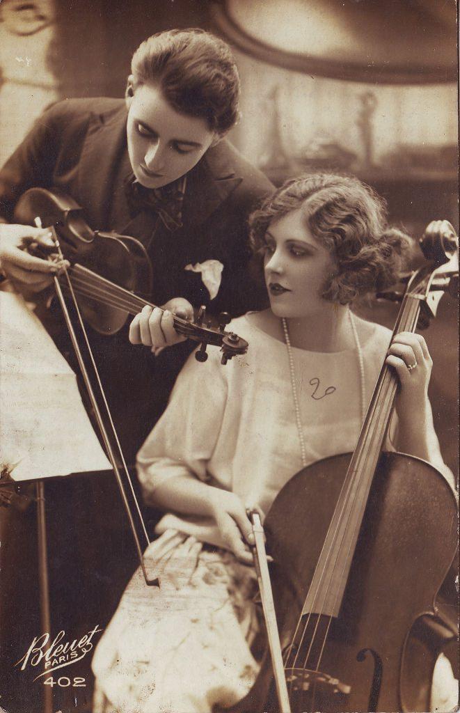 Indexation : Violoniste, femme au violoncelle##Editeur : Bleuet, Paris, 402##Epoque : Ancienne##Propriété : Por-040-mdv