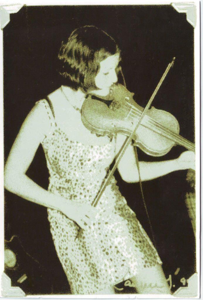 Indexation : Femme au violon##Epoque : Moderne##Propriété : Por-042-Roy