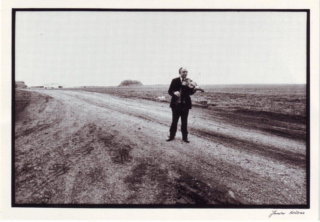 Indexation : Violoniste sur la route##Cliché : J Kucera##Epoque : Moderne##Propriété : Por-044-Roy