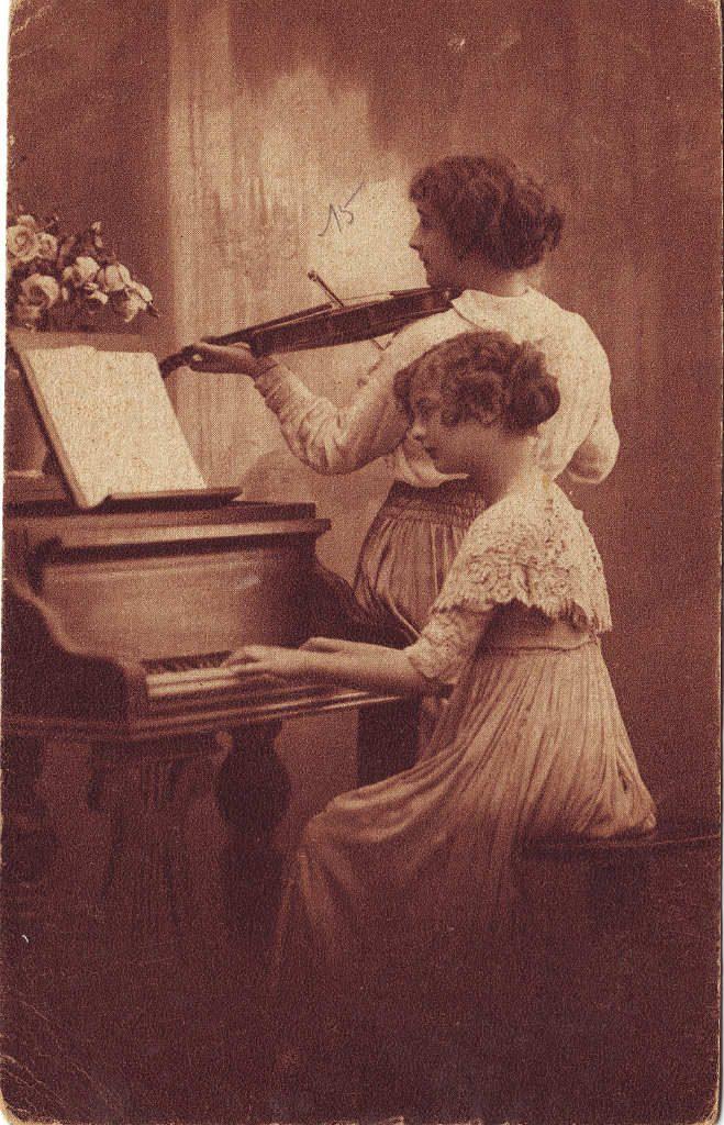 Indexation : Femme au violon, une pianiste##Epoque : Ancienne##Propriété : Por-045-Roy