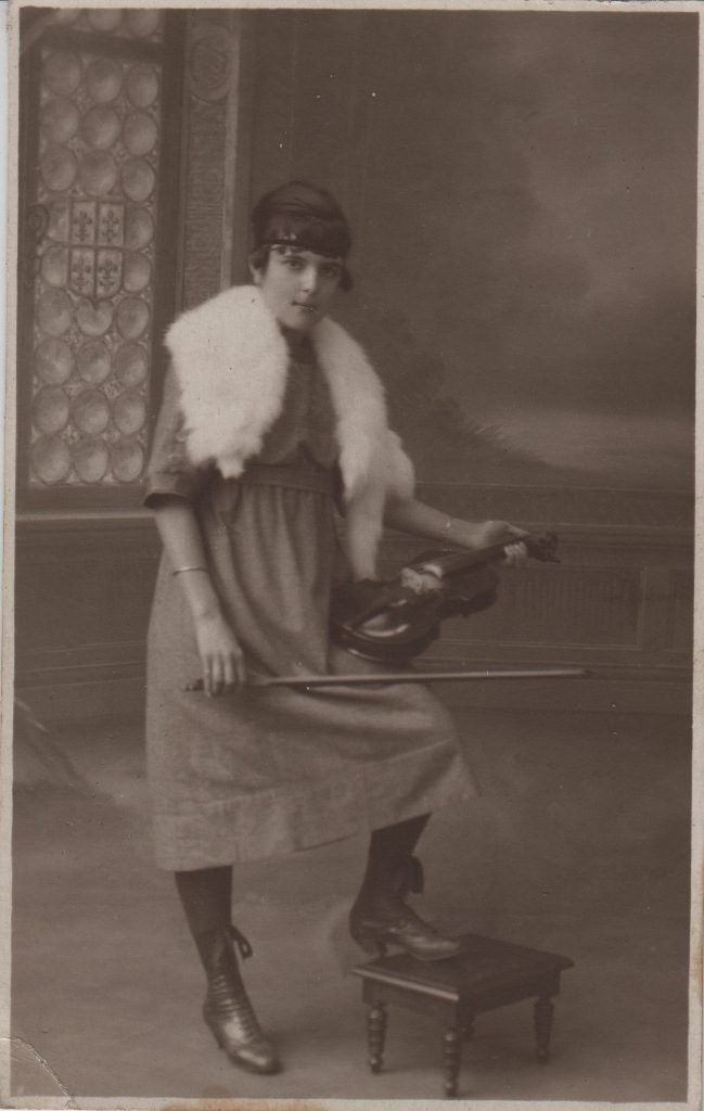 Indexation : Femme au violon##Epoque : Ancienne##Propriété : Por-047-Roy