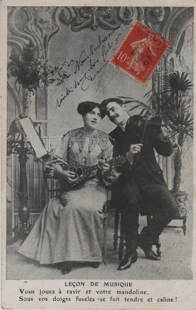 """Indexation : Romance au violon##Légende : """"Leçon de musique##Vous jouez à ravir et votre mandoline##Sous vos doigts fuselés, se fait tendre et caline !""""##Date : 1907 (affranchissement)##Epoque : Ancienne##Propriété : Série10,04-mdv"""
