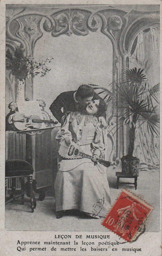 """Indexation : Romance au violon##Légende : """"Leçon de musique##Apprenez maintenant la leçon poétique,##Qui permet de mettre les baisers en musique.""""##Date : 1907 (affranchissement)##Epoque : Ancienne##Propriété : Série10,05-mdv"""