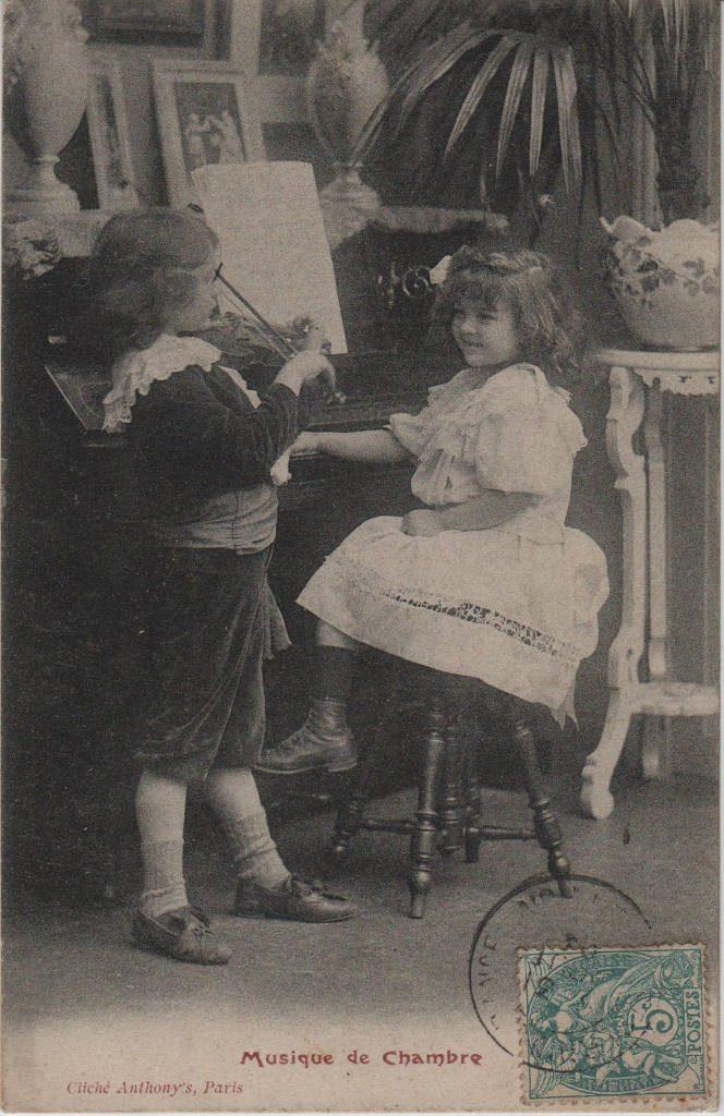 """Indexation : Jeune violoniste et fillette##Légende : """"Musique de Chambre""""##Editeur : Cliché Anthony's, Paris##Date : 1904 (affranchissement)##Epoque : Ancienne##Propriété : Série12,05-mdv"""
