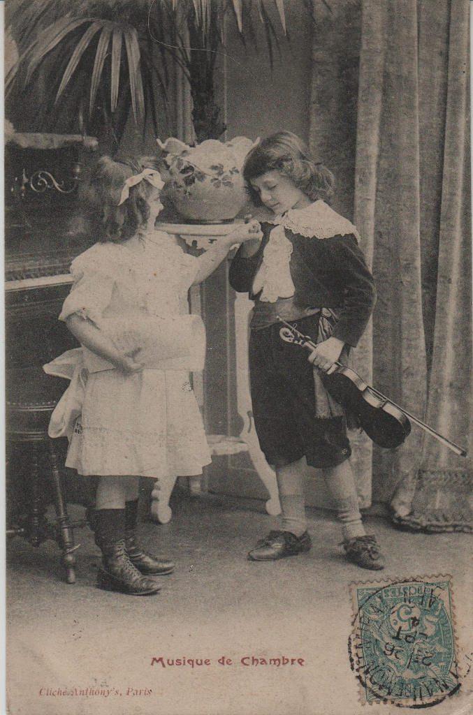 """Indexation : Jeune violoniste et fillette##Légende : """"Musique de Chambre""""##Editeur : Cliché Anthony's, Paris##Date : 1904 (affranchissement)##Epoque : Ancienne##Propriété : Série12,04-mdv"""