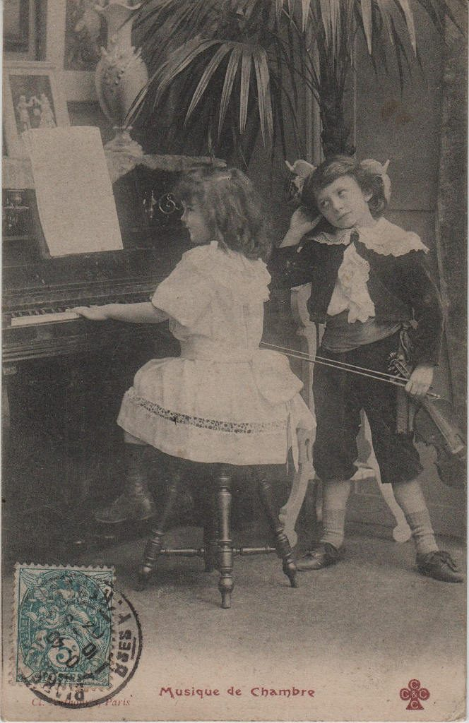 """Indexation : Jeune violoniste et fillette##Légende : """"Musique de Chambre""""##Editeur : Cliché Anthony's, Paris##Epoque : Ancienne##Propriété : Série12,02-mdv"""
