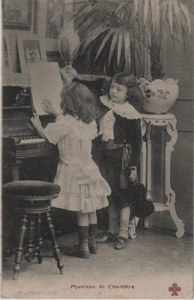 """Indexation : Jeune violoniste et fillette##Légende : """"Musique de Chambre""""##Editeur : Cliché Anthony's, Paris##Epoque : Ancienne##Propriété : Série12,01-mdv"""