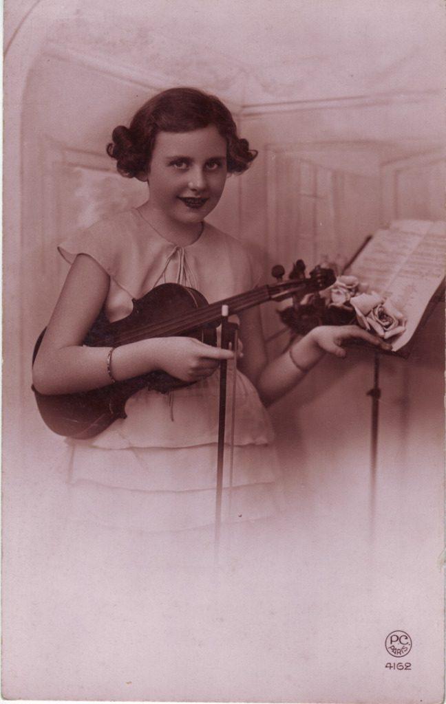 Indexation : Fillette au violon##Editeur : P.C., Paris, 4162##Epoque : Ancienne##Propriété : Série20,02-mdv