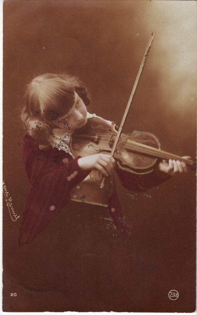 Indexation : Garçon au violon##Cliché : Henri Mannel##Editeur : Zita, 20##Epoque : Ancienne##Propriété : Série21,01-Roy