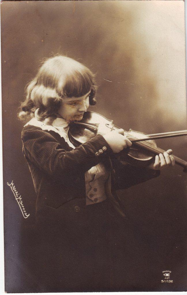 Indexation : Garçon au violon##Cliché : Henri Mannel##Editeur : Phto Art, 5/132##Epoque : Ancienne##Propriété : Série21,02-Roy