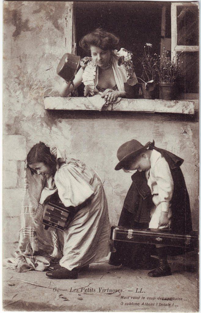 """Indexation : Garçon au violon, fillette à l'accordéon##Légende : """"Les petits virtuoses, LL.##Mais voici le coup des cymbales##O sublime Alboni ! Détale !##Epoque : Ancienne##Propriété : Série22,01-Roy"""