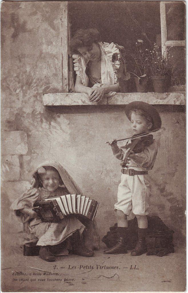 """Indexation : Garçon au violon, fillette à l'accordéon##Légende : """"Les petits virtuoses, LL.##Ecoutez, o belle dame,##Un chant qui vous touchera l'âme""""##Epoque : Ancienne##Propriété : Série22,02-Roy"""