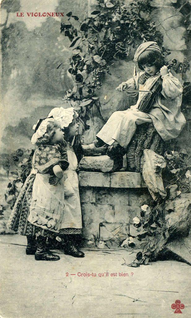 """Indexation : Garçon au violon et deux fillettes##Légende : """"Le violoneux##2 – Crois-tu qu'il est bien?""""##Editeur : Trèffle##Date : 1905 (affranchissement)##Epoque : Ancienne##Propriété : Série23,01-Roy"""