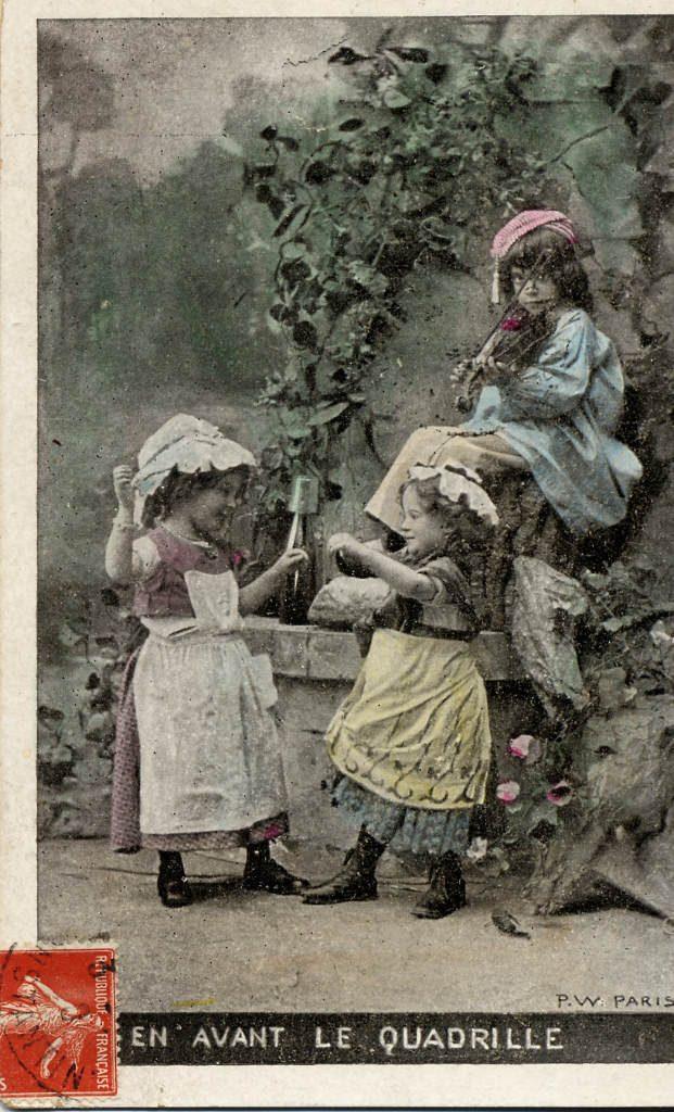 """Indexation : Garçon au violon et deux fillettes##Légende : """"En avant le quadrille""""##Editeur : P.W., Paris##Date : 1905 (affranchissement)##Epoque : Ancienne##Propriété : Série23,02-Roy"""