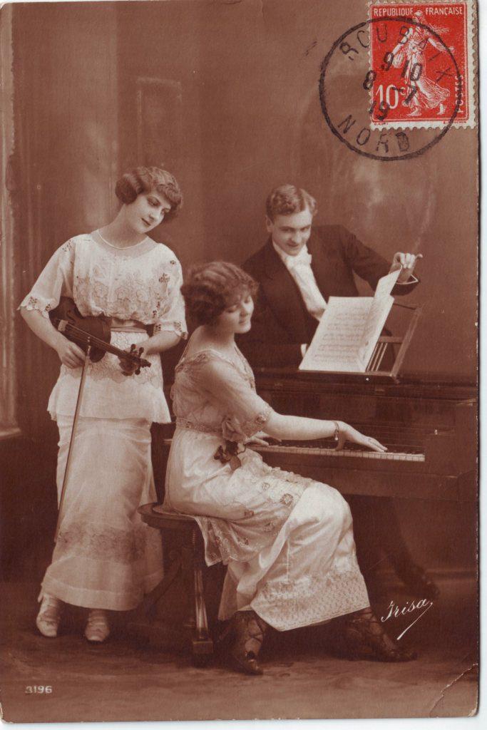 Indexation : Une violoniste, une pianiste et un homme##Editeur : Irisa, 3196##Date : 1919 (affranchissement)##Epoque : Ancienne##Propriété : Série26,01-Roy