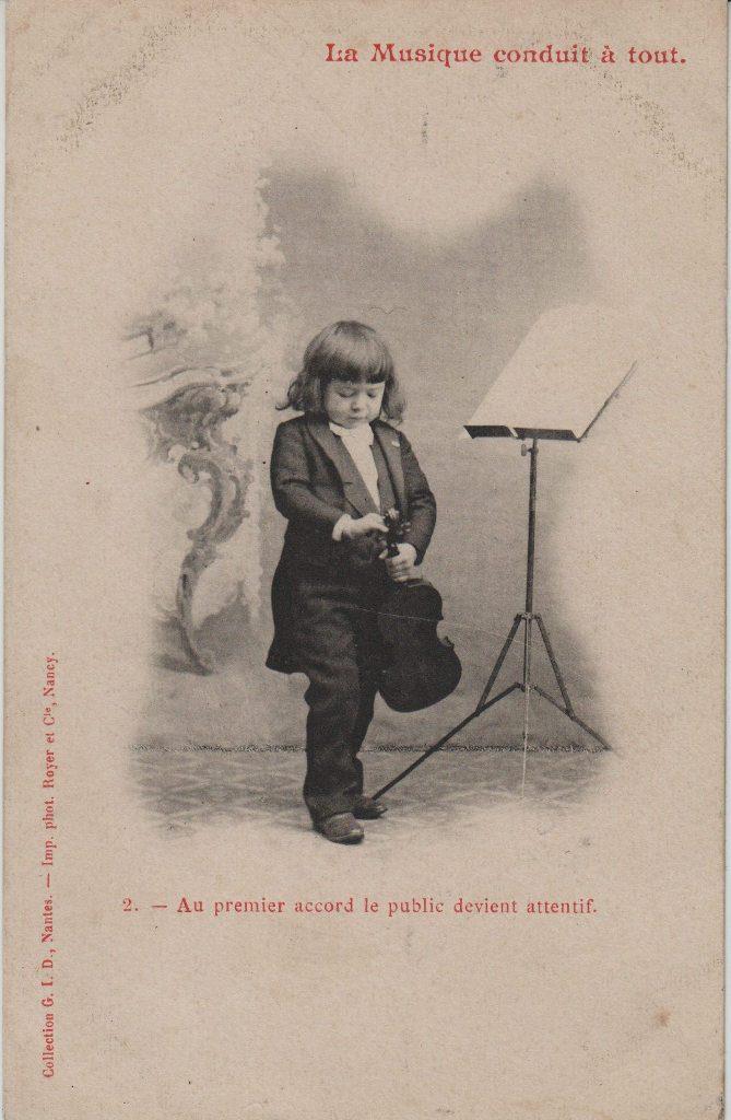 """Indexation : Jeune garçon violoniste##Légende : """"La musique conduit à tout.##2. Au premier accord le public devient attentif""""##Auteur : Phot. royer et Cie, Nancy##Editeur : Coll. GID, Nantes##Epoque : Ancienne##Propriété : Série09,02-mdv"""