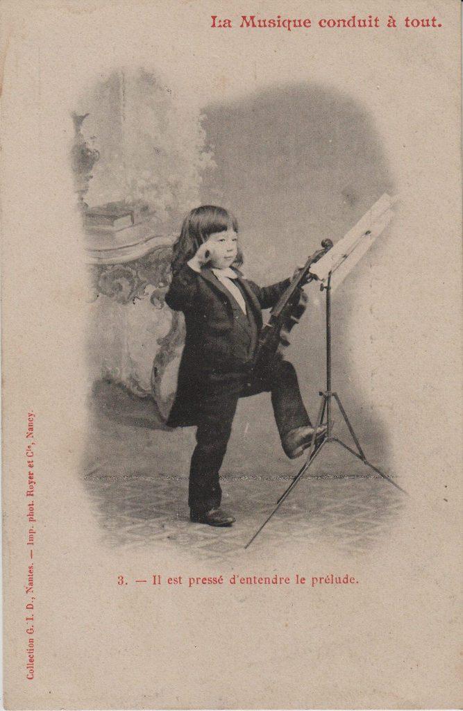 """Indexation : Jeune garçon violoniste##Légende : """"La musique conduit à tout.##3. Il est pressé d'entendre le prélude.""""##Auteur : Phot. royer et Cie, Nancy##Editeur : Coll. GID, Nantes##Epoque : Ancienne##Propriété : Série09,03-mdv"""