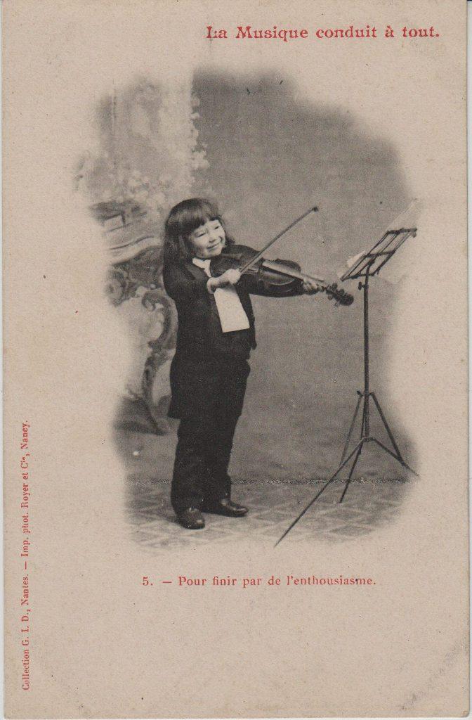 """Indexation : Jeune garçon violoniste##Légende : """"La musique conduit à tout.##5. Pour finir par de l'enthousiasme""""##Auteur : Phot. royer et Cie, Nancy##Editeur : Coll. GID, Nantes##Epoque : Ancienne##Propriété : Série09,04-mdv"""